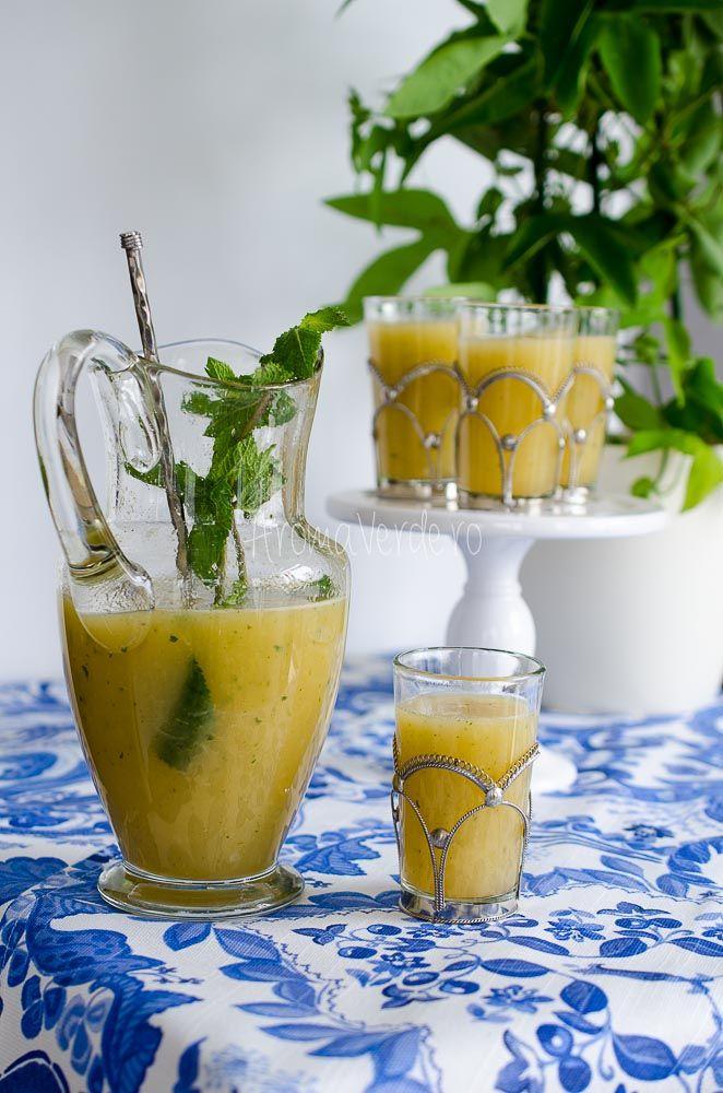 Limonadă cu pepene galben. În ultimele zile însorite de vară bucură-te de o limonadă rece cu lime, pepene galben și frunze verzi de mentă proaspătă.