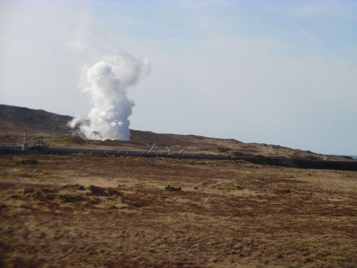 Een geiser (bron) is een door aardwarmte verwarmde natuurlijke heetwaterbron die op min of meer gezette tijden een mengsel van heet water en stoom de lucht in spuit . Het is een vulkanich verschijnsel .