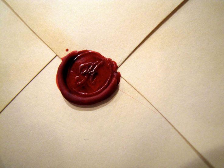 """Tagore mi affascina fin da ragazzina.  Credo sia stata l'autore della prima poesia che riportai nel mio quadernetto di citazioni, quello da cui poi nacque LioSite :)  """"Al risveglio ho trovato con la luce una lettera. Ma non posso sapere che dice: non so leggere. E non voglio distrarre un sapiente dai libri: ciò che c'è scritto forse non lo saprebbe leggere. La terrò sulla fronte, [segue]""""  #tagore, #lettera, #segreto, #cuore, #amico, #italiano,"""