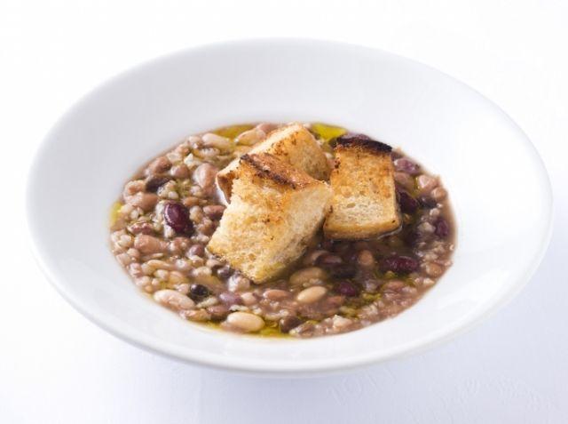 炊飯器で作る 玄米と豆スープ - 小野 清彦シェフのレシピ。1.一種ではなく出来るだけ多種の豆を使うこと 2.炊飯器の「玄米・おかゆモード」で作ること 3.味のポイントは仕上げのエキストラバージンオリーブオイル