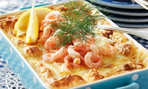 Med lax, lyxiga räkor, krämig gratängsås och spritsat potatismos gör du den perfekta bjudrätten. Servera den rykande het tillsammans med en fräsch blandad sallad!