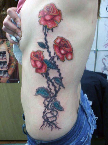 tatuaż róże na boku