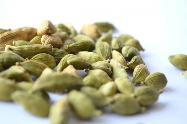 Comment préparer un thé à la cardamome. Profitez de tous les bienfaits de la cardamome grâce à une infusion quotidienne réalisée à partir de cet ingrédient naturel. La cardamome est l'une des plantes les plus utilisées en Inde pour ses prop...