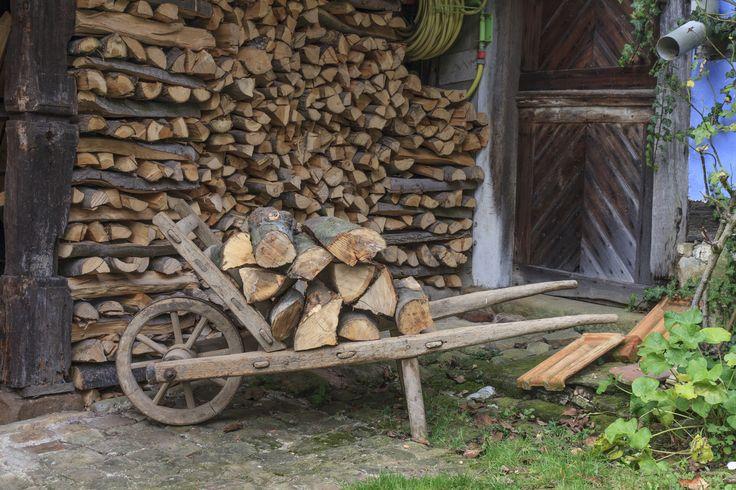 Una vecchia carriola di legno può diventare una poltroncina da giardino, trasportabile con facilità se munita di due bei cuscini, uno per la seduta e uno per la spalliere. #Idee #Creative #Howto #Design #Garden #Riciclo