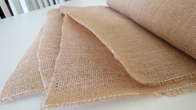 How To Cut Burlap So That it Won't Unravel.  Oh boy is this a good thing to know!