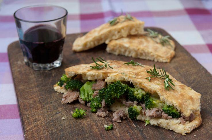 Schiacciata con broccoli e salsiccia.  Impastate 500 g di farina tipo 0 con 1 uovo intero, 10 g di sale, pepe, 100g di lievito madre, 1 cucchiaio di strutto e 1 di olio extravergine di oliva. Lavorate fino ad ottenere un impasto morbido. Stendete con il matterello e cuocetela in una teglia rotonda da forno a 200° per 20 minuti. Lessate 250 g di broccoletti. In una padella insaporite 6 salsicce, 4 cucchiai di olio extravergine d'oliva, rosmarino e i broccoletti. Aprite la focaccia e…