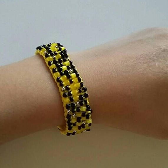 Beaded bracelet 65 /  yellow and black / vintage button