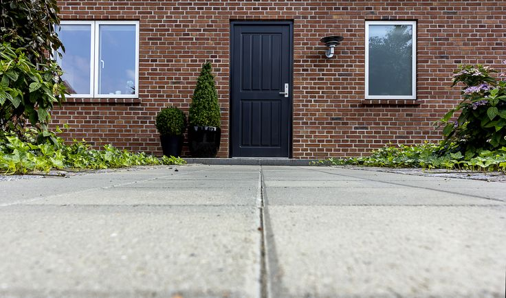 Frontdoor in the JE-trae collection. This doormodel is an Empire with a painted black front. Door is made by www.jetrae.dk photos made by www.ditlevart.dk #frontdoor #jetrae #brickhouse #bricks