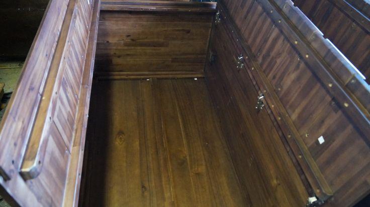 Garderobeskab fra Jep Outlet - Et kig inden i klædeskabet, med bøjleskab