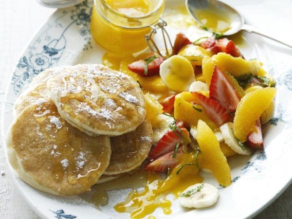 Pannenkoekjes met fruitsla en mangosaus - Libelle Lekker!