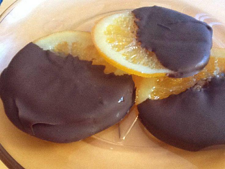 Rodajas de naranja confitada bañadas con chocolate negro de cobertura