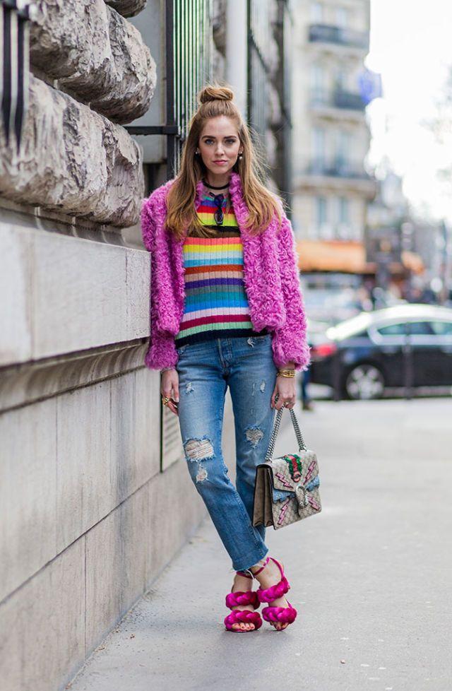 El truco de Chiara Ferragni para llevar los jeans es el siguiente: apostar por colores vivos y mezclarlos todos en uno. Bolso con detalles, sandalias en color rosa chicle, jersey de rayas... Más es más para la italiana.   - AR-Revista.com