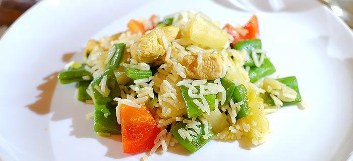Rijst met roergebakken snijbonen, paprika, ananas en met kerrie gekruide kip