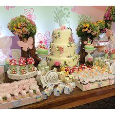 #mulpix Um jardim de fadas para o primeiro aninho da Maria Clara. Festa linda, cheia  de delicadeza e capricho. Encantada com o resultado 😍😍. Decoração linda @behappygoiania ,doces modelados @adryannejayme ,arranjos de flores @heliolsilva , buffet @brinkaboombuffet_gracy , foto e filmagem @nucleo_astucia ,papelaria personalizada, convites,cardápios e lembrancinhas das crianças feitas por nós da @paperpatch . #kidsparty  #kidsdecor  #partydecor  #party  #festamenina  #fadas  #festafadas…