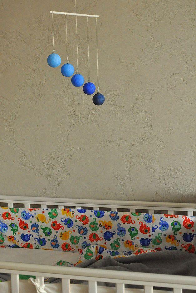 **Karuzela w 5 odcieniach jednego koloru wykonana zgodnie z duchem metody Montessori.**  Gobbi jest **czwartą z serii karuzel Montessori**, którą prezentuje się dziecku od ok. 7. do 10. tygodnia...