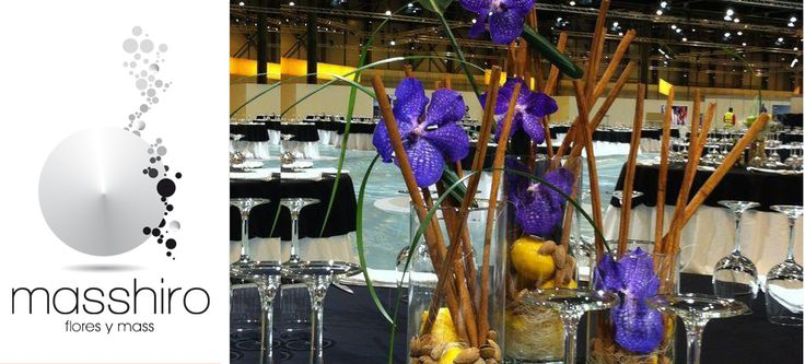 Centro de mesa con canela, limones y orquídeas moradas