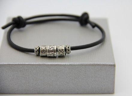 bracelet en cuir véritable  ,ajustable avec des perles tibétaines en rhodium épaisseur du cordon 4mm .  très mode et très masculin, il plaira à tous ceux qui aiment la sobr - 16752683