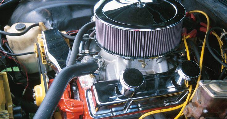 Cómo un motor de un vehículo crea un vacío. El vacío funciona como un flujo de aire dinámico fundamental del motor de combustión interna. Sin el vacío apropiado, un vehículo no tendrá la mezcla de aire y combustible necesaria para producir la combustión. El vacío es la diferencia en la presión, generalmente medido en pulgadas de mercurio, entre el interior del colector de admisión y la ...