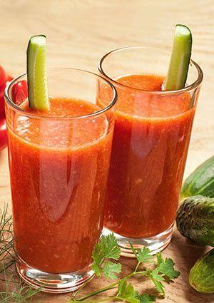 Um sumo contra as inflamações. Ingredientes (2 copos) • 3 cenouras com casca • 1 maçã com casca • 1/2 pepino com casca • 4 folhas de couve • Sumo de 1 laranja ou toranja • 1 pitada de pimenta caiena M