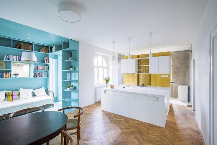 Kuchyňský ostrůvek navazuje z jedné strany na koupelnu a z druhé strany na jídelní a obývací část, v duchu logické funkční posloupnosti.