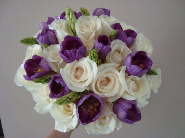 Ramo de rosas blancas y tulipanes morados
