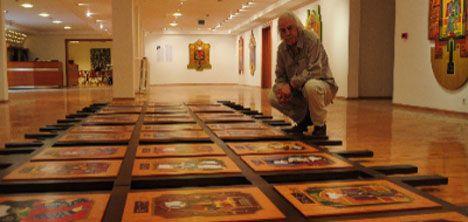 """36 OSMANLI PADİŞAHI AYNI SERGİDE - Geleneksel portre çalışmalarından farklı olarak, tuvallerin farklı dış formlarıyla da dikkat çektiği sergide, Osmanlı kültürünü simgeleyen, ç adır, cami, padişah kaftanı, surlar gibi ögeler de kullanılıyor.  Sergi, 30 Kasıma değin Hacettepe Üniversitesi Sanat Müzesinde sanatseverlerle birlikte olacak.  Ressam Abdurrahman Kaplan, """"Padişahların Zaferi"""" adlı sergisiyle ilgili bilgi verirken, sergide 36 sultan portresini kendi imgelem ve hayal dünyasıyla…"""