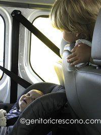 I viaggi in macchina, ma anche treno, aereo, o autobus, sono spesso una sfida per qualsiasi piccolo bipede che si rispetti e per i suoi poco pazienti genitori.