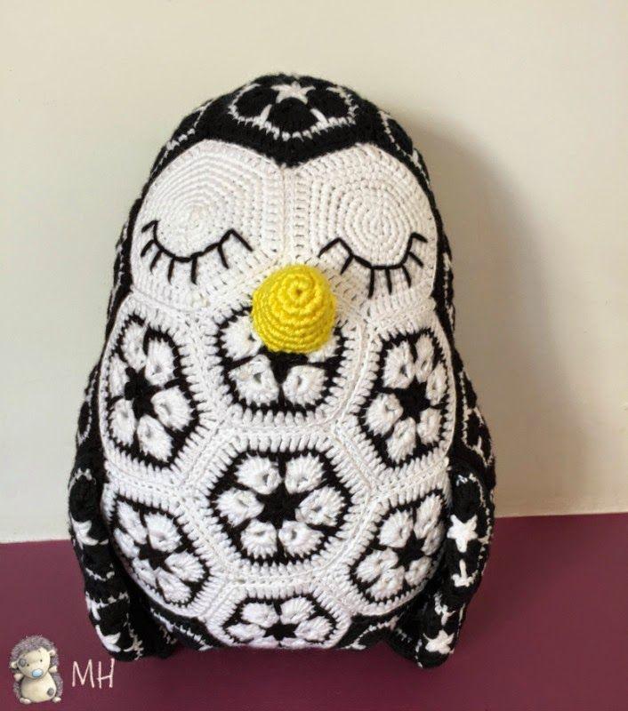 Tommy, el Pingüino African Flower - Patrón Gratis en Español aquí: http://www.artedetei.com/2015/01/tommy-el-pinguino-de-flor-africana.html