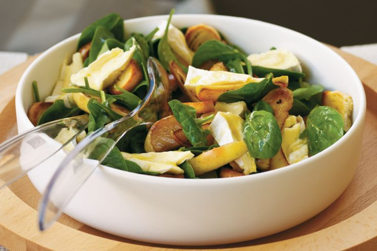 Apple, camembert, garlic toast and spinach salad - This quick and easy salad is a taste sensation.
