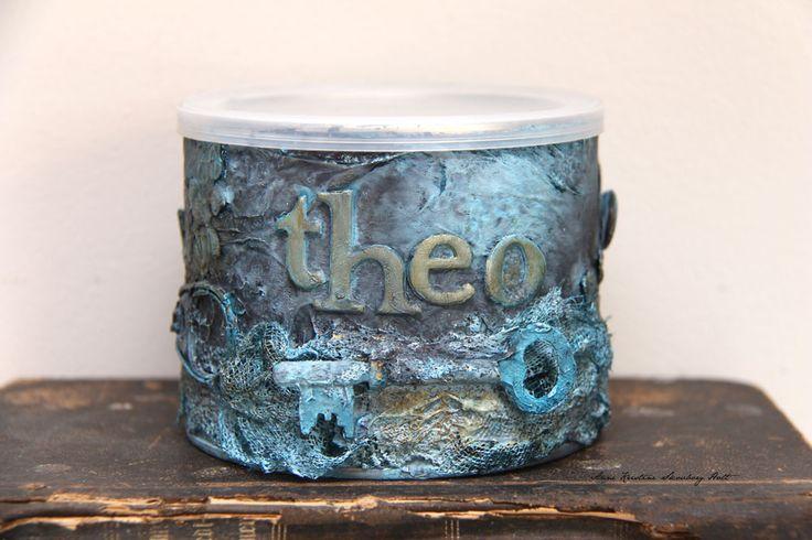 Dekorerte en boks hvor det har vært nøtter i til en boks til hundegodt.   Brukt gammel rusten nøkkel, skruver og rester av bånd og blon...