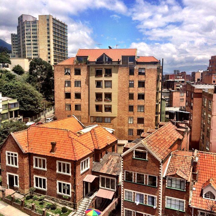 Entre edificios y las tradicionales casas de #ChapineroAlto, los saludamos esta tarde desde la #Calle 51 con #Carrera 5 en la #ciudad de #Bogota http://goo.gl/vlF0S