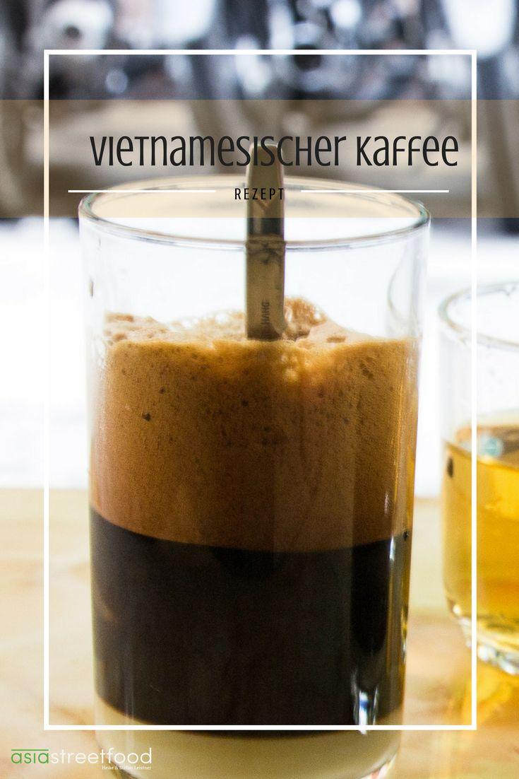 Ca Phe Sua Da, starker Kaffee mit süßer Kondensmilch und Eiswürfeln. Heisses Wasser wird aufgegossen und tropft langsam durch den Filter in das Glas, in dem sich ein kräftiger dem Espresso ähnlicher Kaffee sammelt. Mit dicker, gesüsster Kondensmilch versetzt, fügt man Eiswürfel hinzu und erhält einen herrlich aromatischen und belebenden Trank. Die verwendete Mischung ist Robusta mit einem geringen Arabica-Anteil.