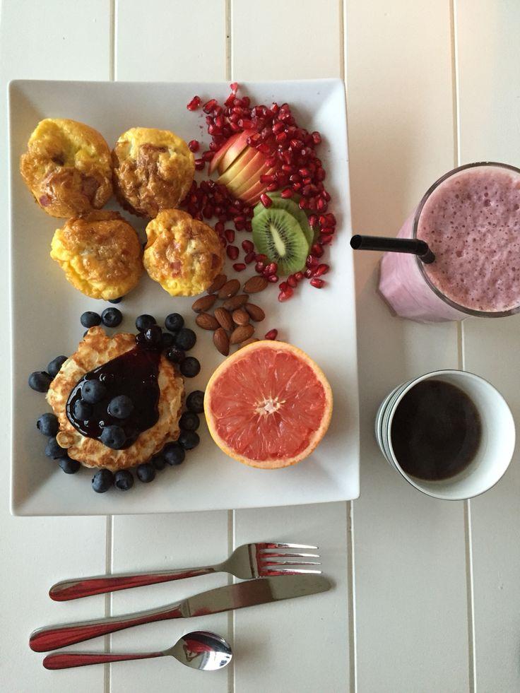 Æggemuffin, protein pandekager, grape, smoothie og kaffe :-)