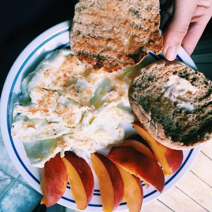 "185 gilla-markeringar, 6 kommentarer - @balance.and.health på Instagram: ""Can you tell that breakfast is my favorite?? #breakfast #eggs #english muffin #wholegrain #peach…"" MyFood persika persikor peaches muffins smör MyRecipe"