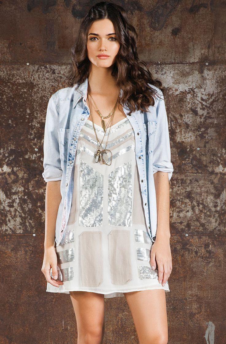 Vestido femenino con lentejuelas y apliques de tela con bordes desflecados. Comp. Compra en la tienda On Line tennis.com.co - tennis