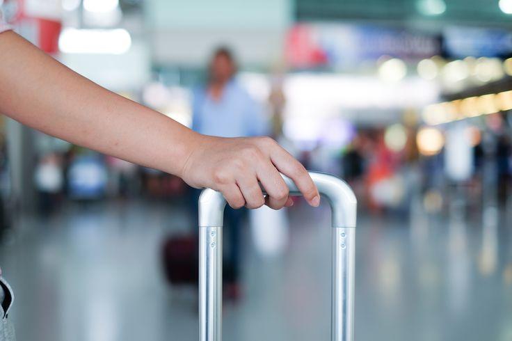 ¿Será tu primera vez viajando en avión? Te compartimos 3 sugerencias para tener en cuenta:  1. Recuerda llegar a tiempo: Para vuelos nacionales 2 horas antes, para vuelos internacionales 3 horas antes. 2. Viaja con ropa cómoda: Independientemente de la duración del vuelo, tú comodidad va primero. 3. Asegúrate de cumplir con las medidas de seguridad: Deja tú equipaje de mano en los compartimientos superiores, abrocha tú cinturón y prepárate para disfrutar el viaje.