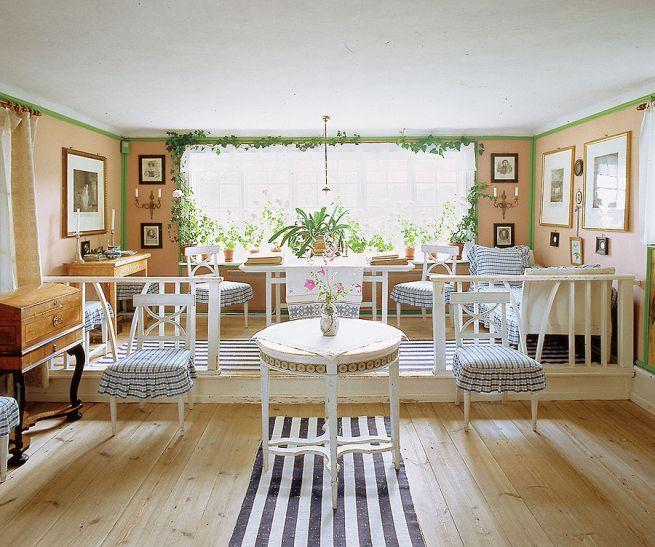 Tu mieszka matka chrzestna Ikei. Carllarsson.se, BE&W, Wikimedia #IKEA #matka #chrzestna #dywan #paski #salon #krzesła #stół #krzesło #okno #styl  #skandynawski #obrazy #drewno #domek #eko #ekologia #style #wnętrze #wystrój #mieszkanie #urządzanie #wnętrza #domy #mieszkania #światło #jasny #pokój #duży #dizajn #nowocześnie