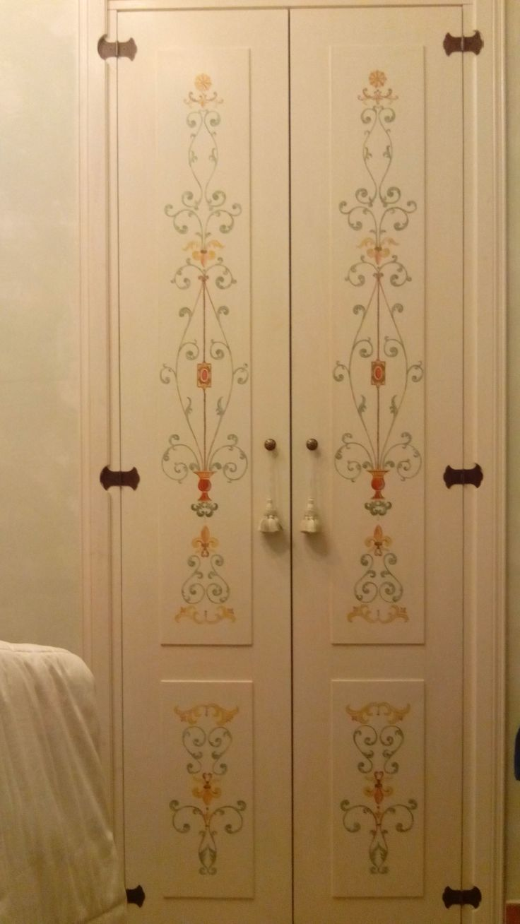 Porta di una cabina armadio: telaio in abete, porte con legno listellare, bugna di multistrato, decorazioni originali.