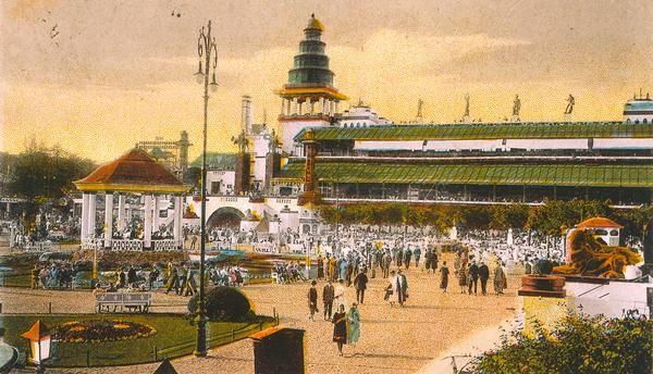 """Gruss vom Luna-Park / Terrasse"".  Bildpostkarte (Fotografie, koloriert), Berlin (Verlag Boock & Ulm) o. J. (Poststempel: 1927)."