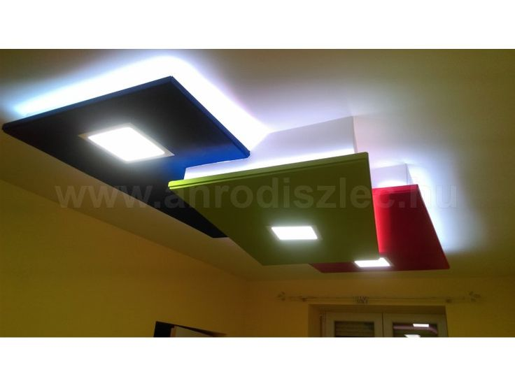 Gyerekszoba mennyezet rejtett LED szalaggal és süllyesztett LED panellel.  A led csík RGB, mely a három színből keveri ki a fehér fényt.