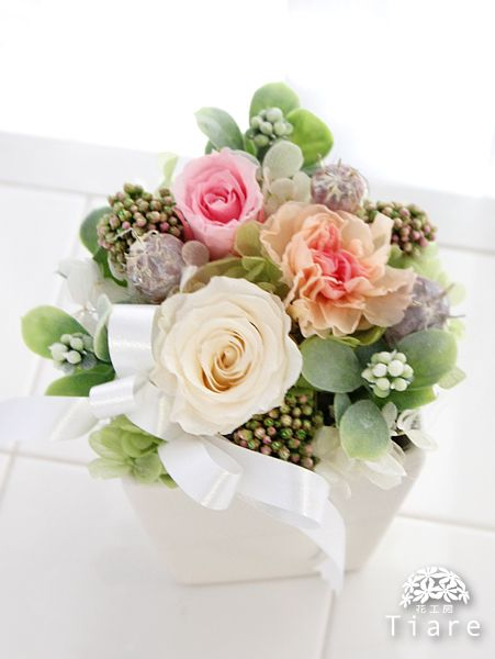 プリザーブドフラワーのお供え、お悔やみ用のアレンジメントです。 http://www.tiare-flower.com