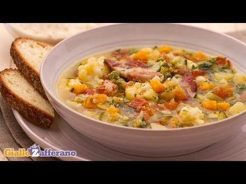 Minestrone soup - Italian recipe.A delicious and hearty minestrone soup, a healthy dish that you can personalize with your favourite vegetables!