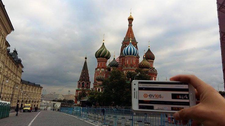 """Στη φημισμένη """"Κόκκινη Πλατεία"""" της Μόσχας βρέθηκε αυτή τη φορά η χάρη μας! Ο φίλος Γιάννης ήταν μπροστά στο  Ναό του Αγίου Βασιλείου βρίσκεται στο νοτιοανατολικό άκρο της Κόκκινης Πλατείας, ακριβώς απέναντι από το Κρεμλίνο. Δεν είναι ιδιαίτερα μεγάλος. Αποτελείται από εννέα παρεκκλήσια, κτισμένα γύρω από ένα κεντρικό κτίριο.  Η αρχική ιδέα ήταν το κάθε παρεκκλήσιο να αφιερωθεί σε άγιο, στην ημέρα μνήμης του οποίου ο Τσάρος πέτυχε στρατιωτική νίκη. Love you too Γιάννη <3"""