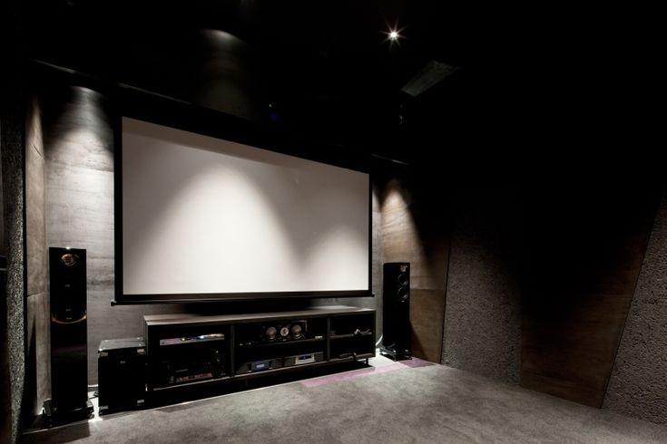 梅雨はお家で映画を楽しむ!シアタールームのある家|SUVACO(スバコ)