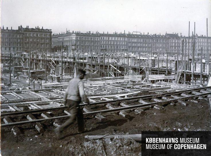 Københavns 3. Hovedbanegård Beskrivelse Den ny hovedbanegård under opførelse Tid Fremstillet: 13. april 1908