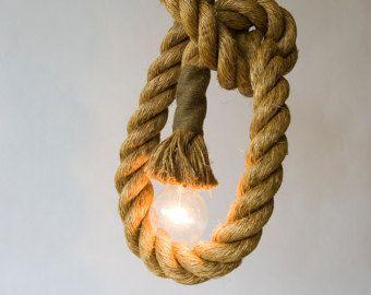 Illuminazione interni grande opzione per coloro che cercano qualcosa di diverso. Queste luci di corda di manila 15ft in un diametro di 1,5 sono unalternativa flessibile e divertente allilluminazione normale. Può essere appeso al soffitto, legato a vari cluster, collegato alla parete o semplicemente arrotolato sul pavimento.  * Alcune immagini mostrano 4 luci di corda legata insieme e il prezzo è per una 15ft x 1,5 luce di corda di manila  * cablaggio è approvato UL/CSA e adesivi  * corda...