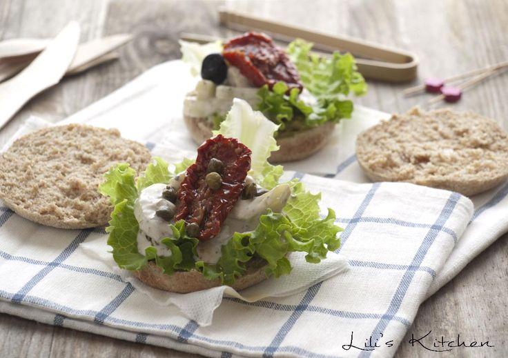 Sandwich concombre, crème, salade, tomates séchées, câpres et olives (vegan)