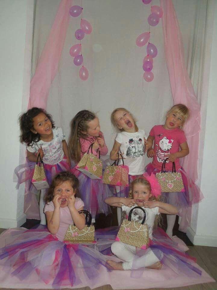 Groepsfoto na modeshow kinderfeest meisjes
