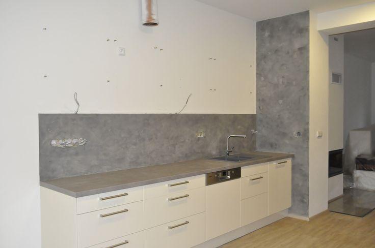 MicroBond dekorativní cementová stěrka použitá na stěně za kuchyňskou linkou. Finální ošetření Gi. Gi. sealer zajišťuje kompletní odolnost a omyvatelnost.  Více na: http://www.izolace-ecobeton.cz/cementove-sterky/