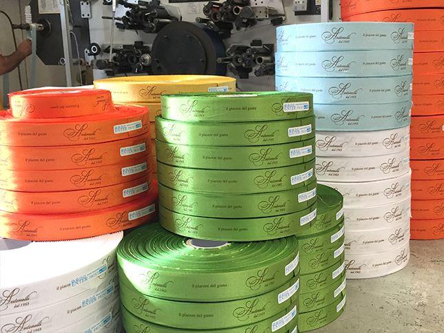 Produzione nastri personalizzati per confezioni natalizie, su raso, doppio raso, grosgrain, cotone, alta pesronalizzazione, serigrafia rilievo, oro e fino a 5 colori